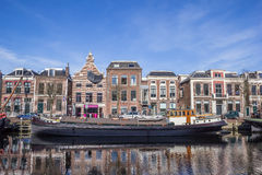 Navio velho em um canal em Leeuwarden imagem de stock