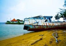 Navio velho oxidado do barco de pesca no Sandy Beach amarelo quieto no ar fresco do nascer do sol da manhã imagens de stock