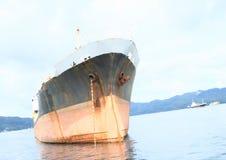 Navio vermelho e verde do oceano Fotos de Stock Royalty Free