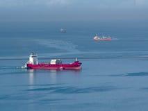 Navio vermelho grande no mar Fotografia de Stock Royalty Free