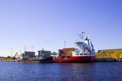 Navio vermelho na porta Imagens de Stock Royalty Free