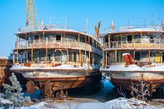 Navios abandonados oxidados do rio Fotografia de Stock