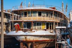 Navios abandonados oxidados do rio Imagens de Stock