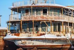 Navios abandonados oxidados do rio Foto de Stock