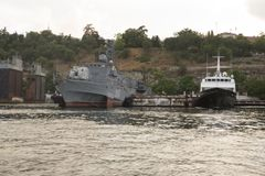 Navios anônimos no cais em Sevastopol imagem de stock