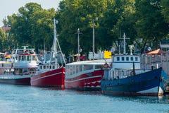 Navios coloridos do motor no porto de Warnemuende imagem de stock