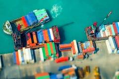 Navios de carga com os recipientes no terminal do porto Hon Kong Inclinação sh foto de stock royalty free