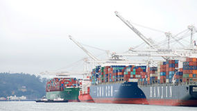 Navios de carga múltiplos que carregam no porto de Oakland Imagens de Stock