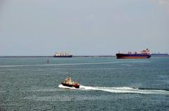 Navios de carga que entram no canal do Panamá no Cristobal, Panamá fotografia de stock