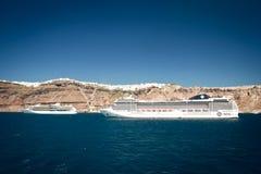 Navios de cruzeiros ancorados em Santorini Grécia Imagens de Stock Royalty Free