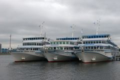 Navios de cruzeiros brancos amarrados ao cais Imagens de Stock Royalty Free