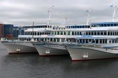Navios de cruzeiros brancos amarrados ao cais Fotos de Stock