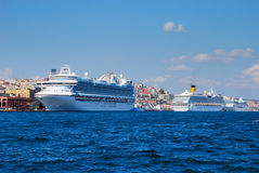 Navios de cruzeiros em Istambul Fotografia de Stock Royalty Free