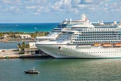 Navios de cruzeiros em marismas do porto imagem de stock royalty free