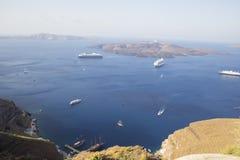 Navios de cruzeiros em torno do arquipélago de Santorini Fira Veja o porto velho Fotos de Stock