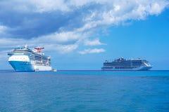 Navios de cruzeiros no mar das caraíbas foto de stock