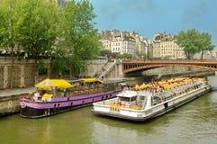 Navios de cruzeiros no Seine River - a Paris, França imagens de stock