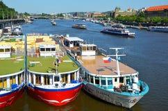 Navios de cruzeiros que estacionam em Praga imagens de stock