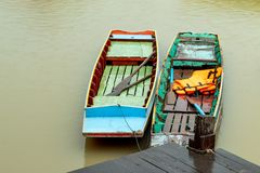 Navios de madeira margem estacionada do porto imagens de stock