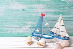 Navios de navigação decorativos e artigos marinhos no fundo de madeira Imagens de Stock Royalty Free