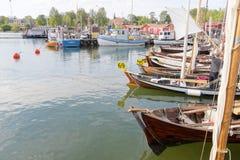 Navios de navigação do vintage no porto fotos de stock
