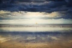 Navios de navigação em Oceano Atlântico sob o céu dramático Fotos de Stock
