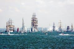 Navios de navigação nos mares elevados Imagens de Stock
