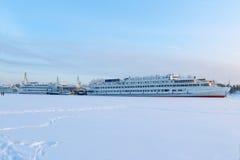 Navios de passageiro bonitos brancos grandes Imagens de Stock