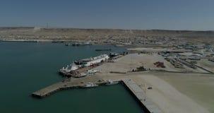 navios de recipiente 4K - fixos no porto de Bautino Cazaquistão nas costas do mar Cáspio Carregamento e descarregamento video estoque