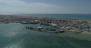 navios de recipiente 4K - fixos no porto de Bautino Cazaquistão nas costas do mar Cáspio Carregamento e descarregamento filme