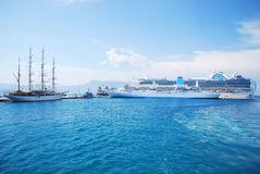 Navios do cruzador e um navio de navigação Fotos de Stock Royalty Free