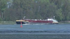 Navios do frete no Reno do rio filme