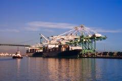 Navios do LA que estão sendo carregados Imagens de Stock