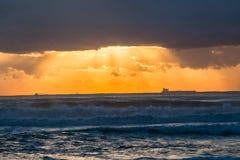 Navios do nascer do sol do oceano mostrados em silhueta Fotografia de Stock Royalty Free