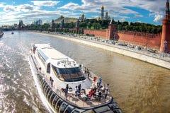 Navios do turista do rio da cor branca fotografia de stock