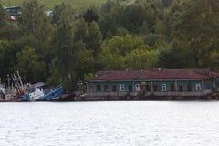 Navios e equipamento abandonados destruídos velhos para a construção sobre Imagem de Stock