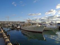 Navios e iate entrados no porto marítimo Imagem de Stock Royalty Free
