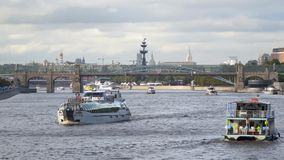 Navios e ponte no rio de Moscou Fotos de Stock