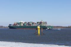 Navios em Elbe River perto de Hamburgo Foto de Stock Royalty Free