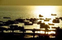 Navios em um porto no por do sol Imagens de Stock