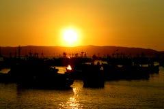 Navios em um porto no por do sol Fotografia de Stock Royalty Free