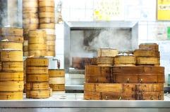 Navios empilhados do dim sum em um restaurante de Hong Kong imagem de stock