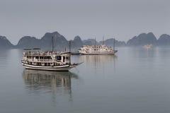 Navios longos da baía do Ha Imagens de Stock