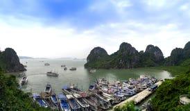 Navios na baía de Halong. Imagens de Stock