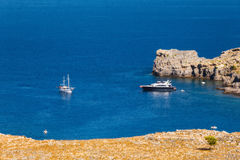 Navios na baía de Lindos Ilha do Rodes Greece Fotografia de Stock Royalty Free