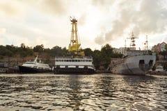 Navios na baía de Sevastopol, o inscription-CP-137, SPK-46150 fotos de stock