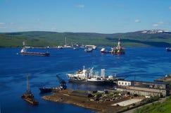 Navios na baía em Kola Peninsula Fotos de Stock Royalty Free