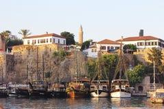 navios no golfo do mediterrâneo no porto de Antalya imagens de stock