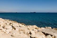 Navios no horizonte imagem de stock