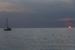 Navios no mar durante o por do sol Imagens de Stock